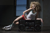 Junge Frau mit Ghetto Blaster