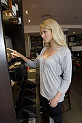Hostess mit Computer im restaurant