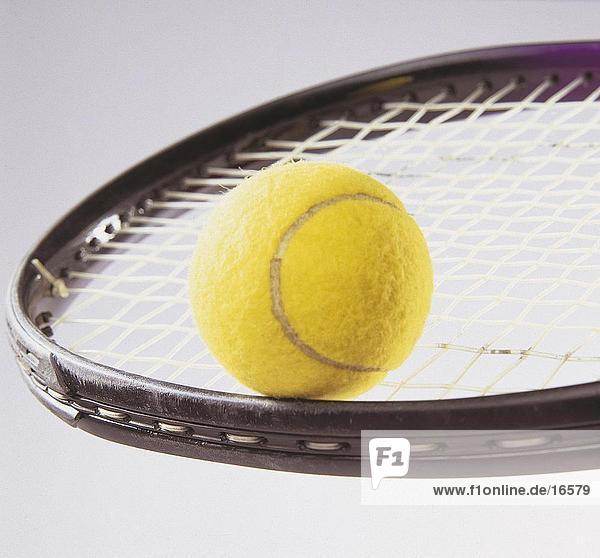 Nahaufnahme of Tennisball auf Tennisschläger