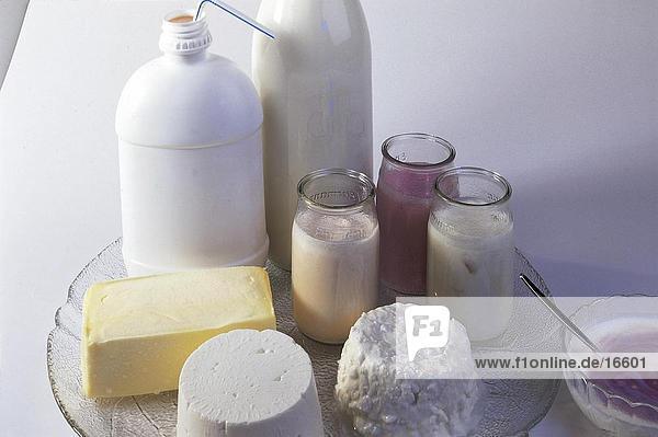 Erhöhte Ansicht der sortierten Milch-Produkte auf Platte