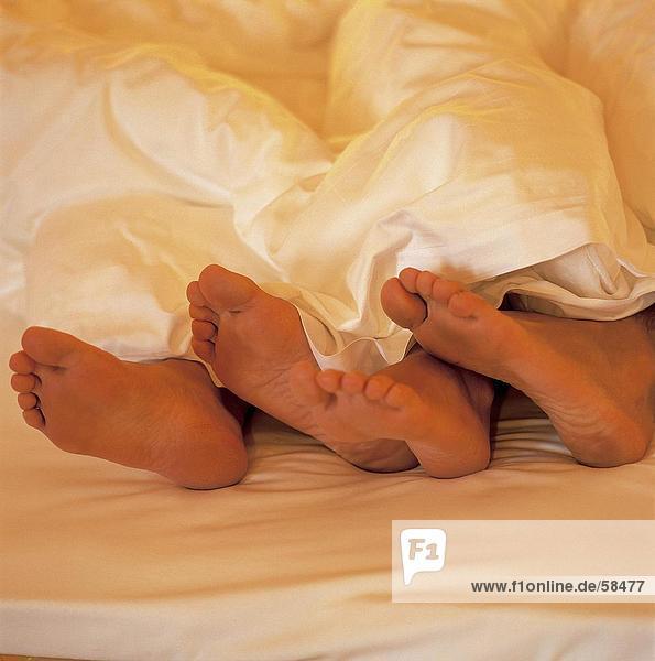 Feet frau, die ein Mann mit einer Decke bedeckt