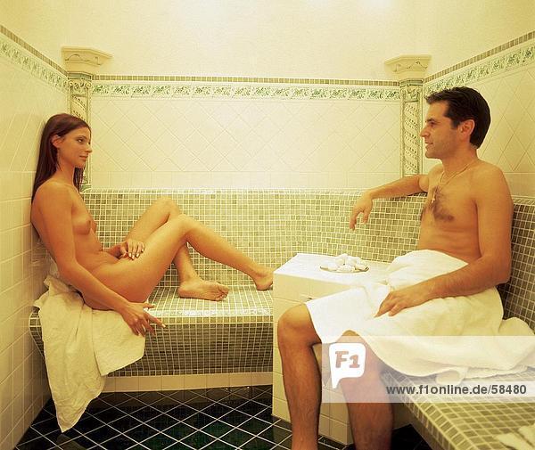 Nackt paar sitzen in sauna