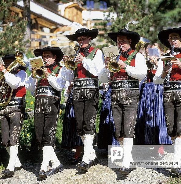 Musiker spielen Trompeten, Südtirol, Italien