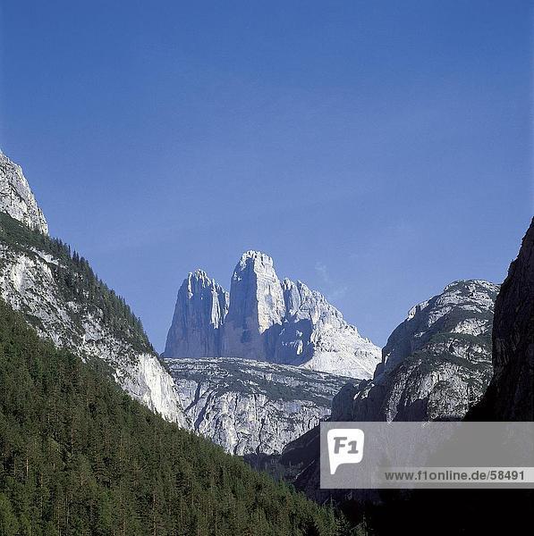 Untersicht der Berge gegen blauen Himmel