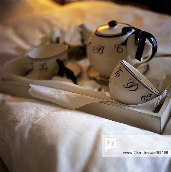 Teekanne und Cup auf tray