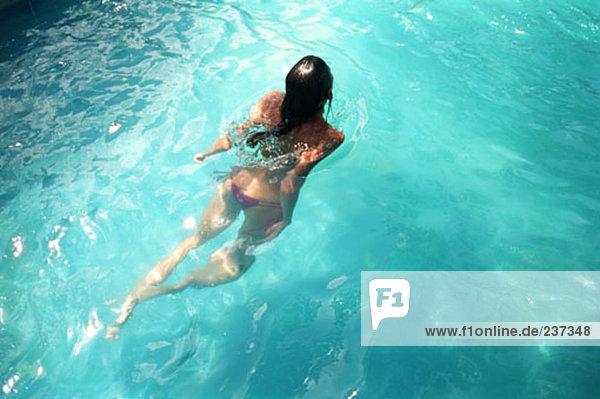 Frau Schwimmen im Meer-Wasser - Lizenzfreies Bild
