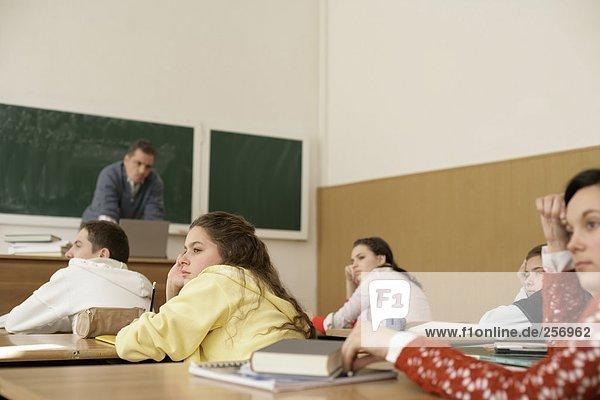 Lehrer Springt Aus Fenster