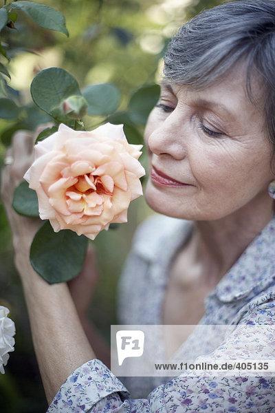 Frau riechen Rose