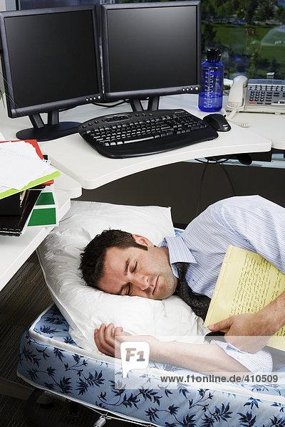 kaufmann schlafen im b ro lizenzfreies bild bildagentur f1online 410509. Black Bedroom Furniture Sets. Home Design Ideas