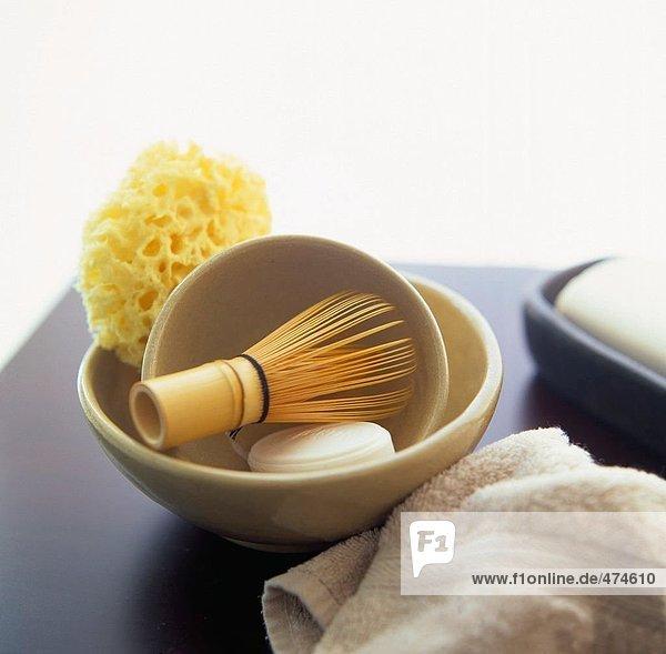 Nahaufnahme der bar Seife mit Rasierpinsel auf Tabelle und Handtuch