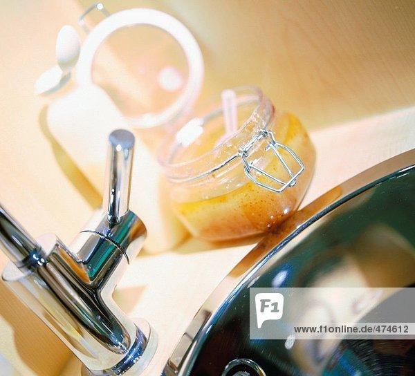 Nahaufnahme von Glas und Kunststoff-Flasche auf Waschbecken