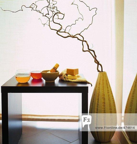 Stück Seife mit Rasierpinsel auf Tabelle und Handtuch