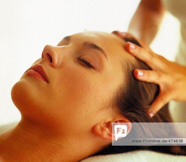 Junge Frau Haare Massage von Therapeuten erhalten