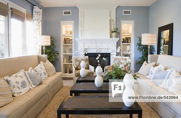 wohnzimmer beige blau:Blau und Beige Wohnzimmer – Lizenzfreies Bild – Bildagentur F1online