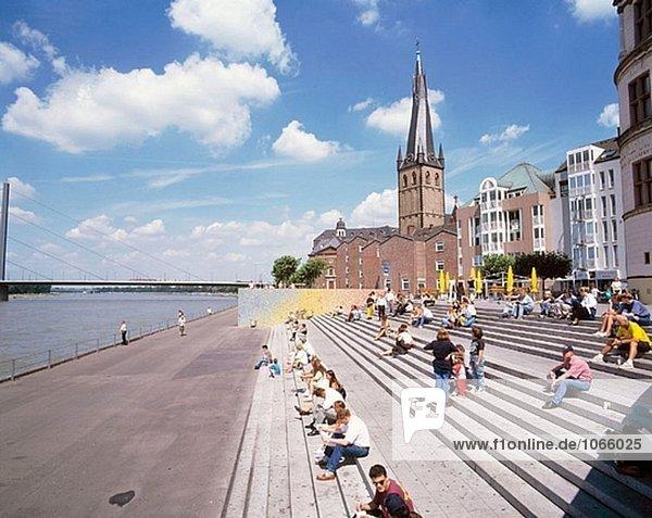 d sseldorf lambertus kirche menschen sitzen auf eine au entreppe nordrhein westfalen rhein. Black Bedroom Furniture Sets. Home Design Ideas