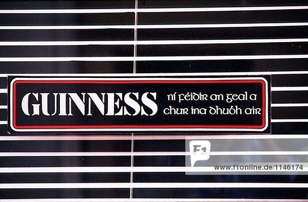 Eire, County Cork. Guinness Zeichen auf ein irish Pub-Fenster
