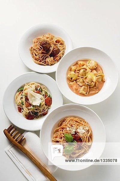 Vier verschiedene Nudelgerichte