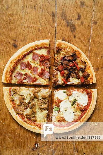 Vier verschiedene pizzast cke auf holzuntergrund for Vogelperspektive englisch