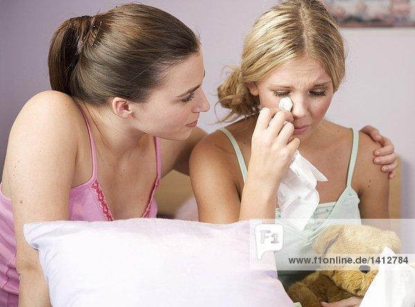 Girls Trösten Ihre Freundin