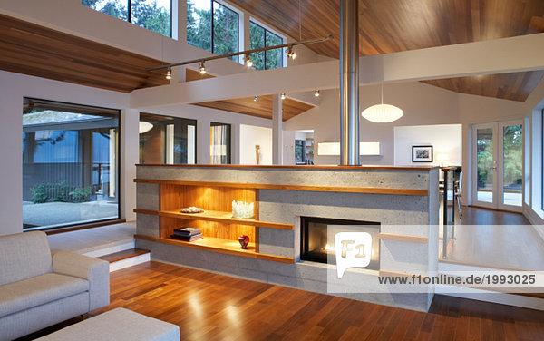 Moderne Wohnzimmer Mit Kamin - Lizenzfreies Bild - Bildagentur