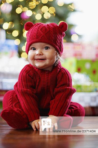 baby m dchen tragen weihnachten kleidung lizenzfreies bild bildagentur f1online 2371434. Black Bedroom Furniture Sets. Home Design Ideas