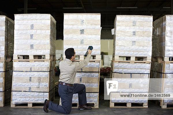 Mann arbeitet im Warehouse