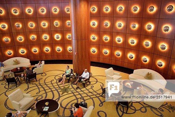 design eleganz empfang florida frau gast hotelrezeption. Black Bedroom Furniture Sets. Home Design Ideas