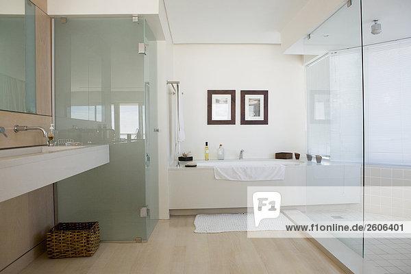 Modernes Badezimmer, Innenansicht, helle Einrichtung - Lizenzfreies ...