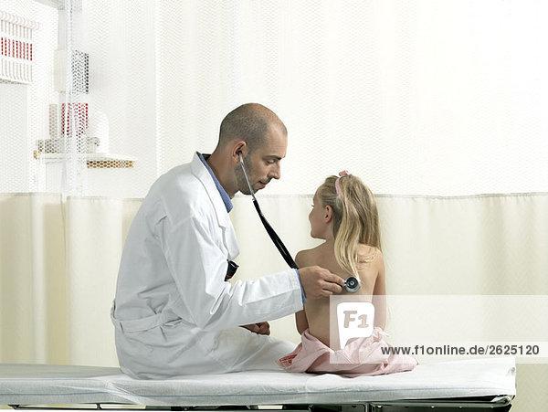 Arzt ,Mädchen ,Untersuchung - Lizenzfreies Bild