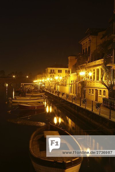 Gebäude beleuchtet nachts, Mincio-Fluss, Borghetto, Provinz Verona, Region Venetien, Italien