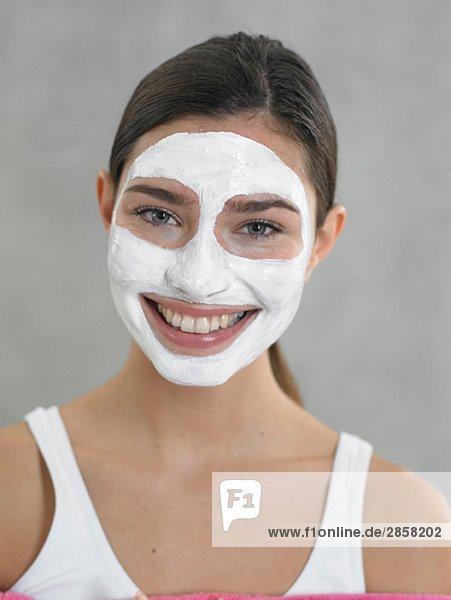 lachende frau mit quark maske lizenzfreies bild bildagentur f1online 2858202. Black Bedroom Furniture Sets. Home Design Ideas