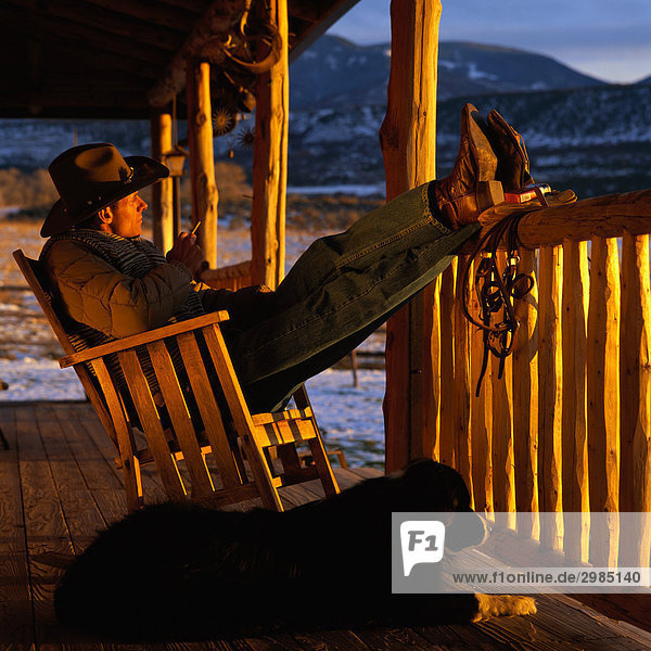 Cowboy auf front porch in schaukelstuhl for Schaukelstuhl auf englisch