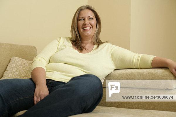 bergewichtige frau sitzt auf einem sofa problem faulheit lizenzfreies bild bildagentur. Black Bedroom Furniture Sets. Home Design Ideas