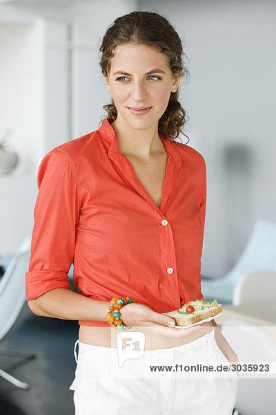 Interior, zu Hause ,Frau ,halten ,Sandwich