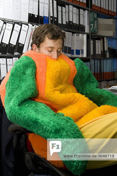 schlafen im b ro in papagei anzug gekleidet lizenzpflichtiges bild bildagentur f1online 3046715. Black Bedroom Furniture Sets. Home Design Ideas