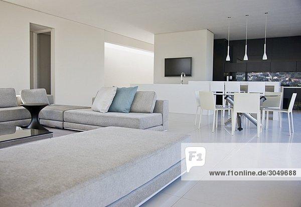 wohnzimmer esszimmer und k che in einem modernen wohnhaus lizenzfreies bild bildagentur. Black Bedroom Furniture Sets. Home Design Ideas
