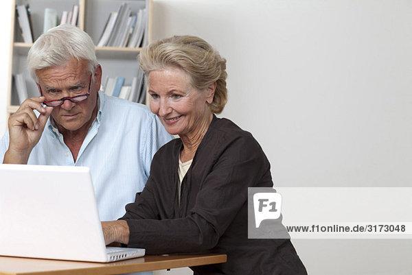 Seniorenpaar am Laptop
