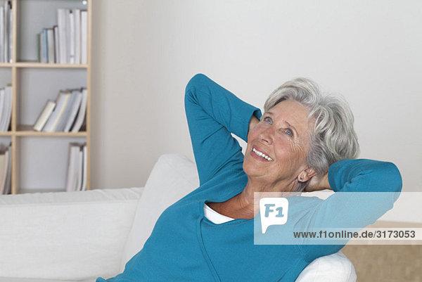 Entspannte Seniorin auf der Couch