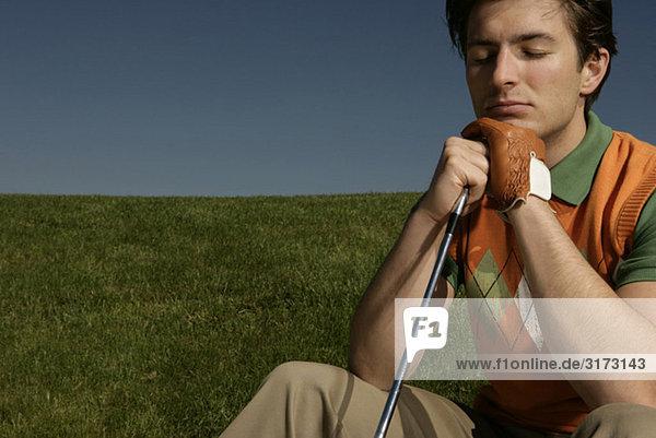 Junger Mann auf Golfplatz