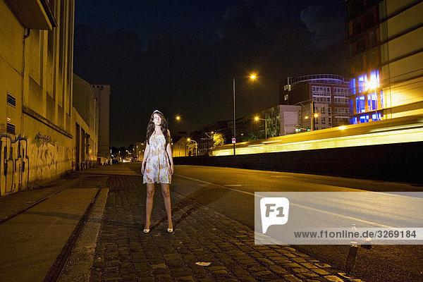 frau jung leer nacht portrait stehend stra e lizenzpflichtiges bild bildagentur. Black Bedroom Furniture Sets. Home Design Ideas