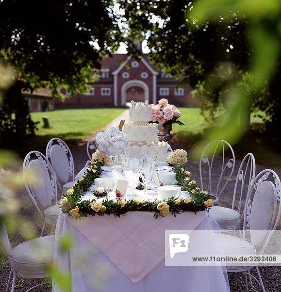 Gedeckter tisch f r eine hochzeitsfeier im garten lizenzfreies bild bildagentur f1online 3292406 - Hochzeitsfeier im garten ...