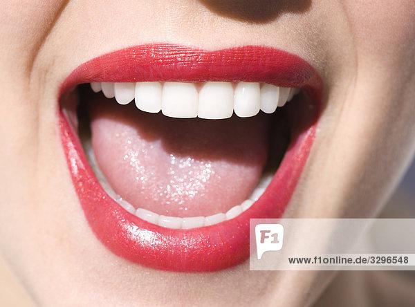 Frau lachen, Nahaufnahme der Mund, rote Lippen