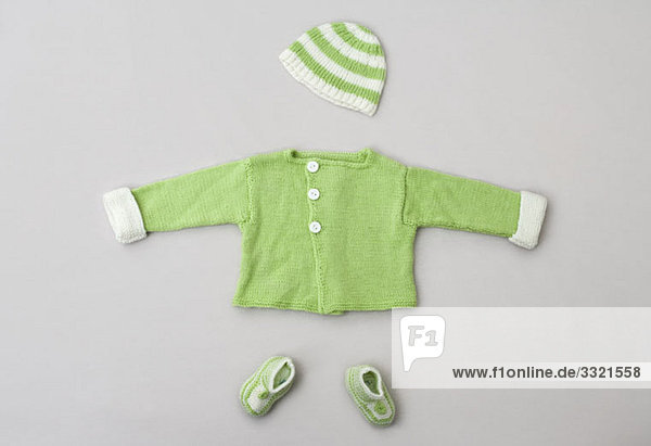 ein baby pullover stricken hut und baby booties lizenzfreies bild bildagentur f1online 3321558. Black Bedroom Furniture Sets. Home Design Ideas