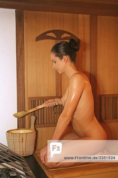 lingammassagen nackte mädchen in sauna
