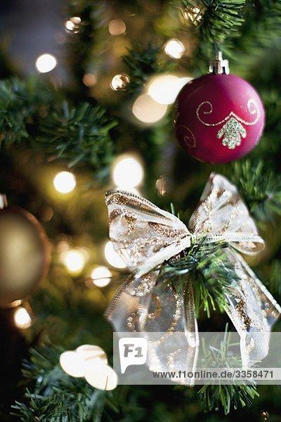 christbaumkugel und schleife am weihnachtsbaum. Black Bedroom Furniture Sets. Home Design Ideas