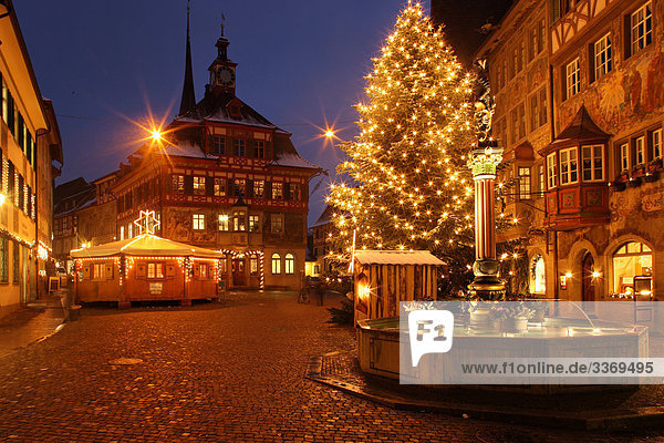 advent altstadt beleuchtet brunnen dekoration dunkelheit. Black Bedroom Furniture Sets. Home Design Ideas