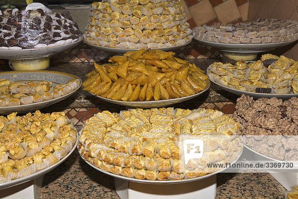 Süßigkeiten & gebäck  Süßigkeiten und Gebäck am Marktstand, Meknès, Marokko ...