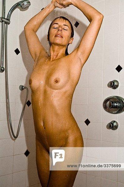 nackte frau beim duschen
