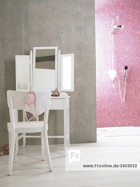 wei es schminktischchen und stuhl neben rosa gekachelter. Black Bedroom Furniture Sets. Home Design Ideas