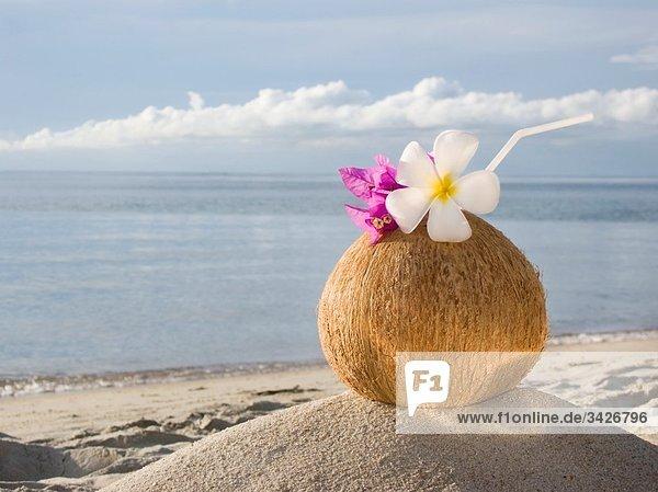 cocktail kokosnuss sand strand tasse lizenzfreies bild bildagentur f1online 3426796. Black Bedroom Furniture Sets. Home Design Ideas